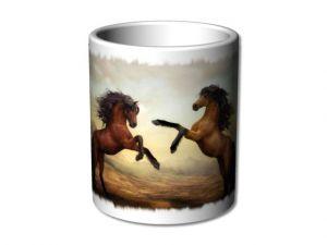 bílý hrnek s koňmi
